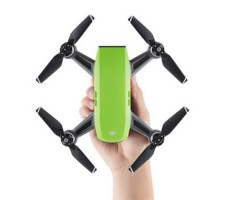 фото квадрокоптера DJI SPARK Meadow Green (EU) в руке