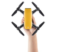 фото квадрокоптера DJI SPARK Sunrise Yellow (EU) в руке
