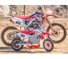Фото электробайка Razor SX500  White-blue-red в сравнении со взрослым мотоциклом
