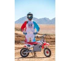 Фото электробайка Razor SX500  White-blue-red в сравнении с ростом взрослого человека