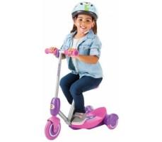 Электросамокат Razor Lilˆ E Pink вид спереди сбоку с ребенком, который сидит