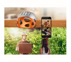 фото курьера в шлеме с камерой Airwheel C5 White&Orange