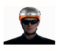 фото мужчины в шлеме с камерой Airwheel C5 White&Orange