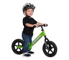 фото ребенка на беговеле Strider 12 Classic Green