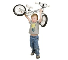фото ребенка с беговелом Strider 12 Pro Silver