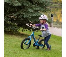 фото ребенка с беговелом Strider 14X Sport Blue