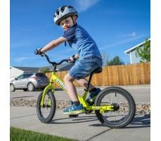 фото ребенка с беговелом Strider 14X Sport Green