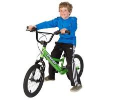 фото ребенка на беговеле Strider 16 Sport Green
