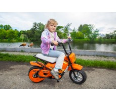 девочка на электроскутере Joy Automatic Mini rocket Orange