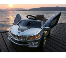 Фото электромобиля RiverToys BMW O002OO Silver с открытыми дверьми