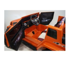 Электромобиль River Toys Jeep Wrangler O999OO 4x4 Orange вид в кабине