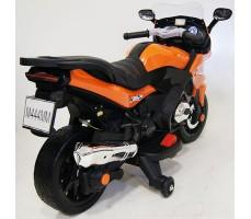 фото детского электробайка RiverToys М444ММ Orange сзади