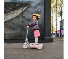 Электросамокат для детей Halten Kiddy с девочкой