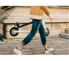 xiaomi mija electric scooter белого цвета в сложенном виде переносит человек
