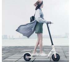 Девушка едет на белом xiaomi