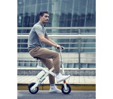 Парень на  электровелосипеде Airwheel E6 White