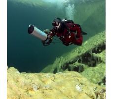 фото мужчины с подводным буксировщиком Bonex AquaProp в воде