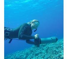 фото девушки с подводным буксировщиком Bonex AquaProp в воде