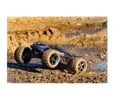 фото радиоуправляемой модели машины Traxxas E-Revo 1/10 4WD Brushless TSM Blue в движении по грязи