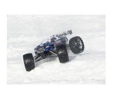 фото радиоуправляемой модели машины Traxxas E-Revo 1/10 4WD Brushed Blue в движении по снегу