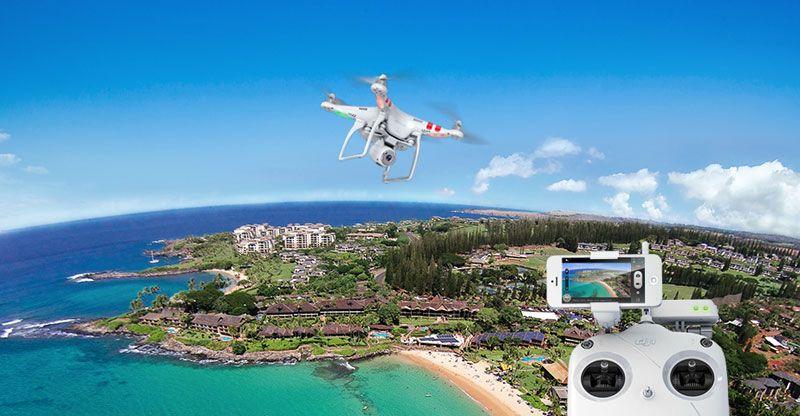 Квадрокоптер  в небе виден пульт управления с трансляцией