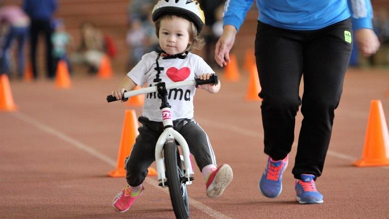 Ребеног на беговеле на соревнованиях