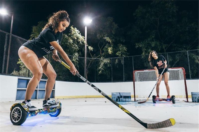 девчата играют в хоккей на гироскутере