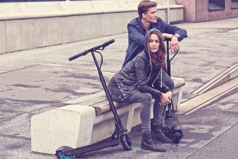 Девушка с молодым человеком на электросамокатах от Gevis