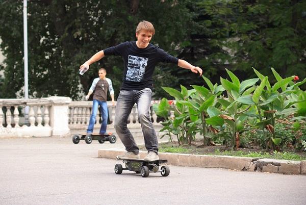 Молодые люди на электроскейтах в парке