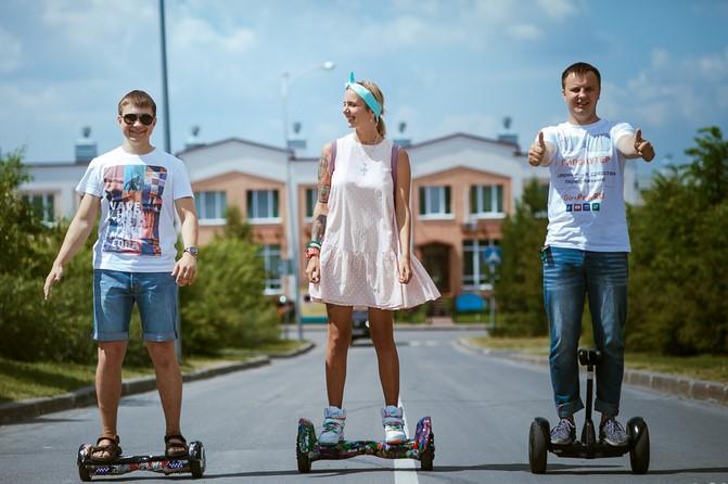 3-е молодых людей на гироскутерах