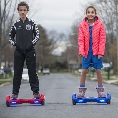 Подростки на гироскутерах