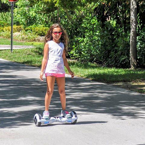 Ребенок на детском гироскутере (девочка)
