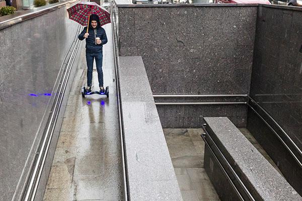 Спускаемся в подземный переход или метро на гироскутере