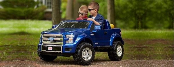 дети на игрушечном автомобили фотрд рэнжер пикап