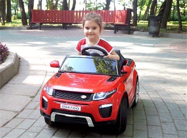 девочка катается на детском электромобиле рэнж ровер красного цвета