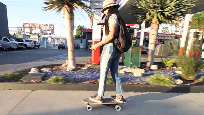Девушка управляет электроскейтом