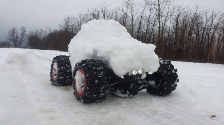 РАДИОУПРАВЛЯЕМАЯ МАШИНА TRAXXAS SUMMIT зимой