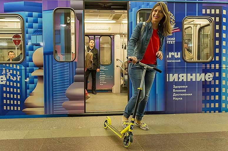 Вагон метро и самокат