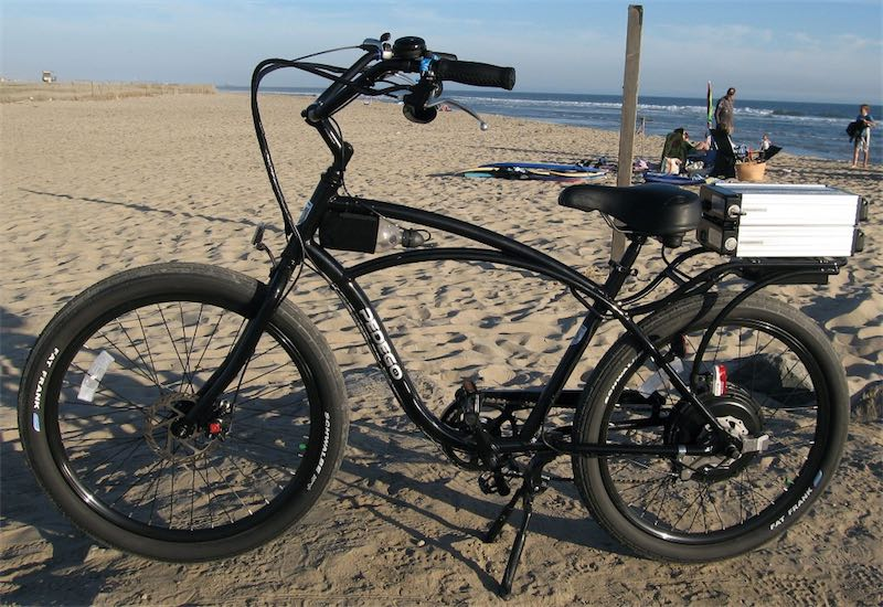 черный pedego стоит на пляже
